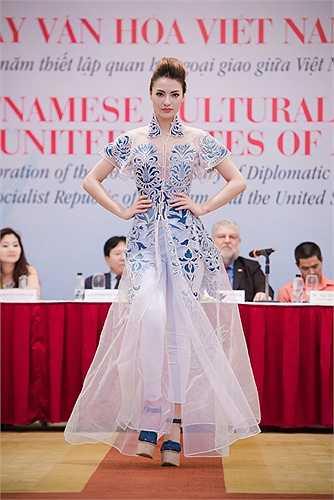 Sự biến đổi kỳ diệu là cảm hứng của các NTK trong lần này. Mỗi NTK sẽ diễn đạt bằng ngôn ngữ thời trang và thể hiện sự biến đổi kỳ diệu trong 20 năm quan hệ Việt - Mỹ .