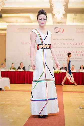Những màu sắc biểu trưng của nước Mỹ, tượng thần Tự Do, những ngôi sao, con chim đại bàng…được  Chula thể hiện sinh động trên chất liệu lụa Việt Nam. Sự hòa quyện rất thanh  lịch trong màu sắc và ý tưởng mạnh  mẽ đã làm cho những  chiếc áo dài có tinh thần của thời đại mới.