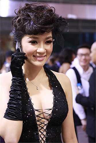Mỗi lần xuất hiện là một lần Nguyễn Thị Huyền trở thành tâm điểm chú ý.