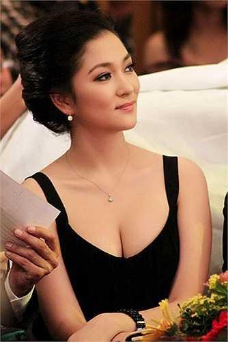 Nguyễn Thị Huyền cũng là người đẹp chuộng mốt khoe vòng một gợi cảm.