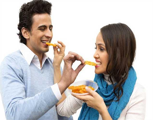 Một người tự tin, vô cùng hạnh phúc trong mối quan hệ vợ chồng, họ thường dễ tăng cân nhiều hơn so với những người ít cảm thấy hài lòng. Các cặp vợ chồng có xu hướng tăng  thêm vài cân, họ biết đối tác của họ không để ý, họ thường so sánh mình với chồng hoặc vợ nên họ không lo lắng về trọng lượng.