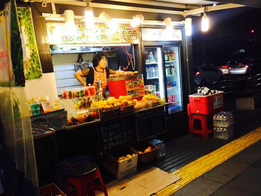 Những quán ăn vỉa hè là nét đặc trưng về đêm của văn hóa ẩm thực Hàn Quốc