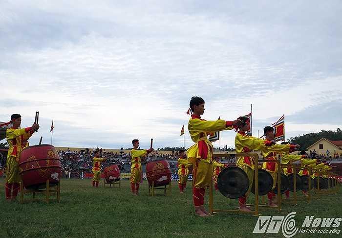 Theo tục lệ, mở đầu là màn múa chiêng, trống của các chàng trai miền biển Đồ Sơn.