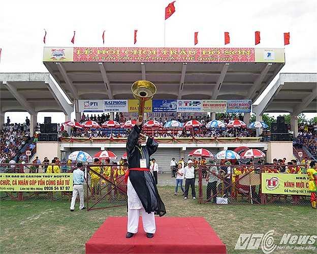 Vị cao niên của quận lên 'bố cáo thiên hạ' mở màn cho lễ hội chọi trâu Đồ Sơn năm 2015.