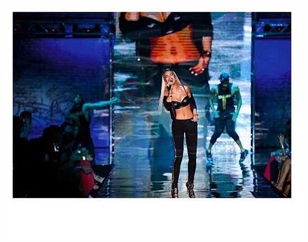 Nữ ca sĩ Rita Ora đăng bức ảnh biểu diễn trên sân khấu trong show của một hãng nội y.