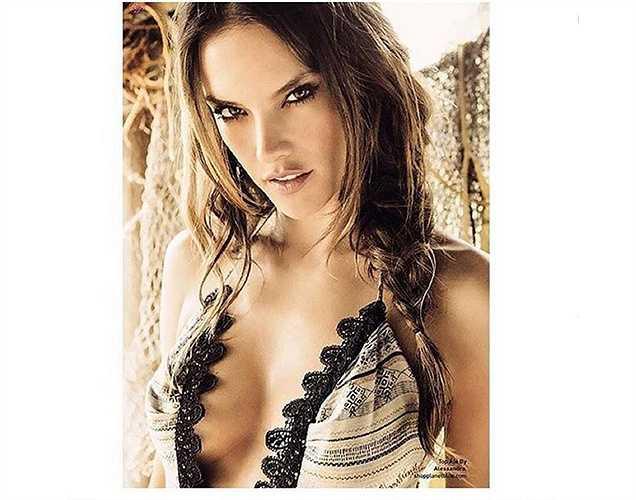 'Thiên thần' Alessandra Ambrosio khoe vẻ quyến rũ.