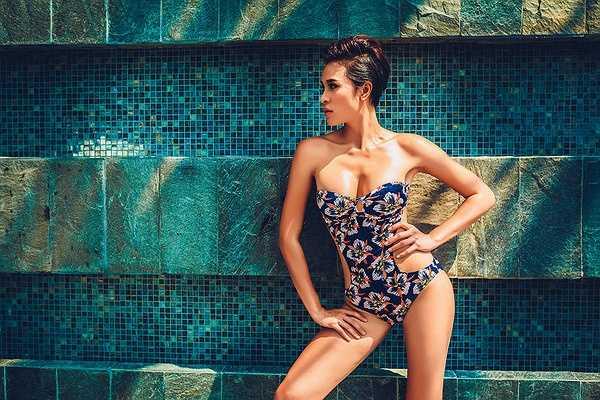 Mới đây, cựu siêu mẫu đã có dịp khoe hình thể khỏe mạnh tràn đầy sức sống trong bộ ảnh bikini được thực hiện trên bể bơi của 1 khách sạn lớn tại Hà Nội.