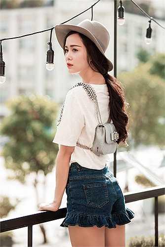 Rũ bỏ vẻ nữ tính và sexy thường thấy, Vũ Ngọc Anh sexy theo một cách khác, trong những trang phục nổi loạn mang hơi hướng đường phố.