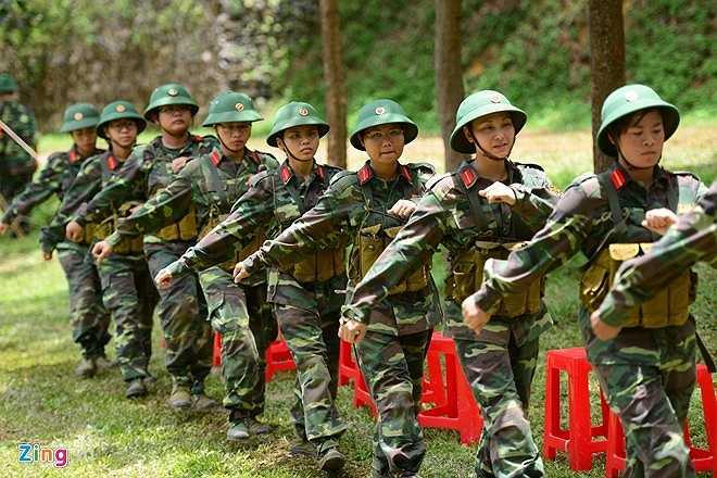 Trong số 524 học viên, có 105 người là nữ (chiếm 20%). Trước đó, các chị em đã trải qua các bài kiểm tra tự luận về kiến thức quân sự và ném lựu đạn