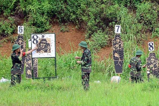 Sau khi kết thúc mỗi lượt bắn của một nhóm, cờ hiệu an toàn được báo, đơn vị sẽ kiểm tra bia bắn và báo trực tiếp qua bộ đàm về chỉ huy để tổng kết điểm số của các học viên.