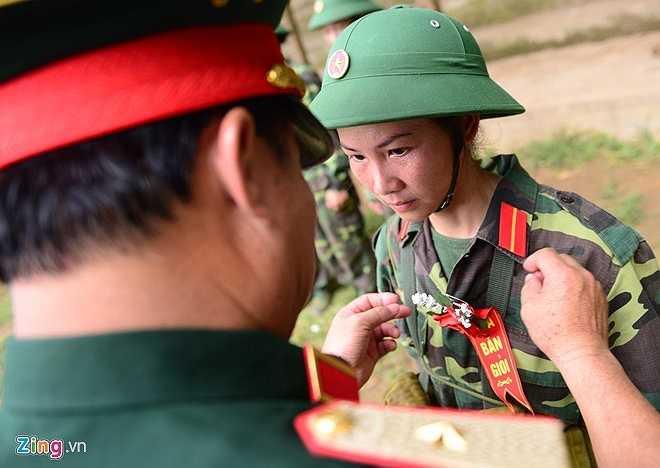 Chị Đỗ Thị Phương Anh (33 tuổi), nhân viên văn phòng một cơ quan có chi nhánh tại Bắc Ninh) đã giành được danh hiệu 'Hoa bắn giỏi' với 73 điểm sau 3 nội dung bắn. Chị chia sẻ bí quyết đạt điểm cao là do áp dụng đúng những gì được các sĩ quan dạy trên thao trường, thật bình tĩnh và ngắm thật kỹ trước khi siết cò súng.