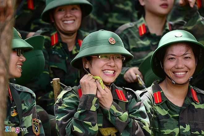 Nụ cười rạng rỡ của các học viên nữ sau khi kết thúc môn thi cuối cùng của khóa huấn luyện quân sự. Chị Nguyễn Thị Minh Nguyệt (27 tuổi, làm việc tại Bắc Giang) tâm sự, mặc dù trải qua một tháng nhiều gian khổ, vất vả nhưng đã có được những trải nghiệm khó quên của người lính.