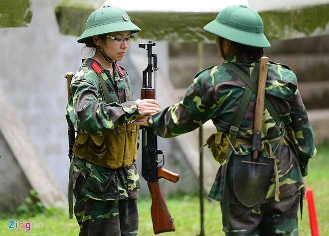 Sau mỗi lượt kiểm tra bắn đạn thật, người bắn trước sẽ trao lại súng AK-47 (không có đạn) cho người bắn ở lượt kiểm tra tiếp theo.