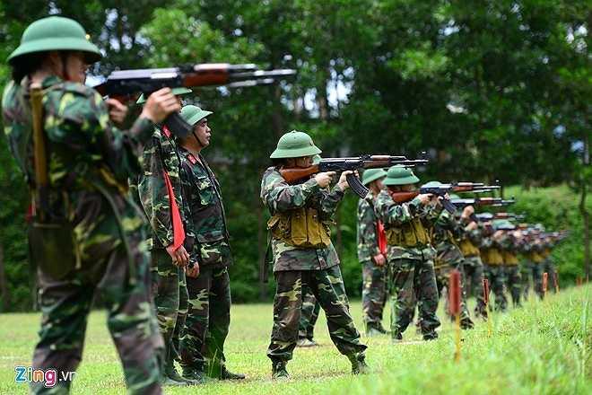 Trong bộ quân phục dã chiến với súng AK, ít ai biết được rằng những chiến sĩ dáng vóc hùng dũng kia một tháng trước chỉ quen với váy áo và giày cao gót, ít khi phải phơi mình ngoài nắng gió.