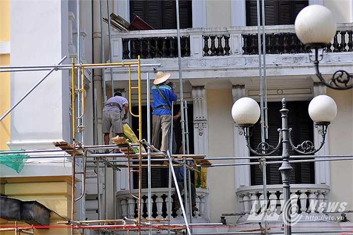 Công nhân đang khẩn trương sơn lại màu sơn mới.
