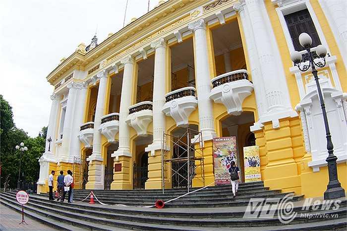 Trong quá trình chỉnh trang, sơn mới lại tường, lan can và các thanh sắt màu sơn mới của Nhà hát lớn gồm hai màu vàng tươi bóng và trắng đã gặp phải rất nhiều ý kiến phản đối của dư luận.