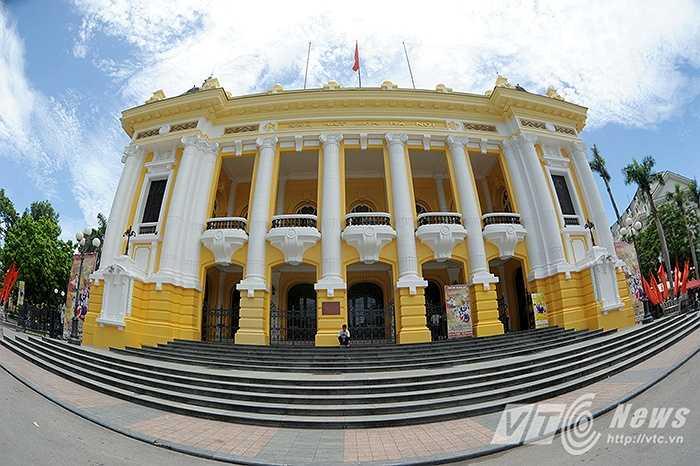 Nhiều người dân cho rằng màu vàng tươi đó là quá lòe loẹt không phù hợp với kiến trúc cổ kính đẹp nhẹ nhàng của Nhà hát lớn. (Màu sơn vàng đậm của mặt tiền Nhà hát lớn Hà Nội trong đợt sởn sửa ngày 22/7)