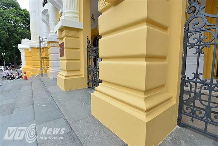 Hiện nay, trên mặt tiền tường Nhà hát lớn Hà Nội đang có tới 5 màu sơn khác nhau: Vàng đậm, vàng nhạt, trắng, vàng pha xanh, nâu kem.