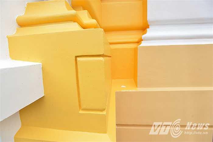 Những mảng tường loang lổ màu sắc trên tường Nhà Hát lớn.