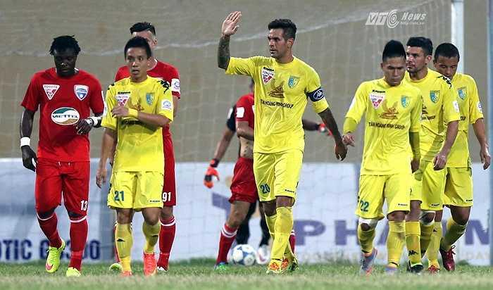 Đó là bàn thắng nâng tỷ số lên 4-1 cho đội bóng nhà bầu Hiển. (Ảnh: Quang Minh)