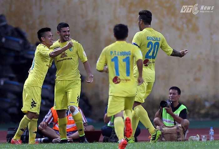 Phút 24, Victor cụ thể hóa sức mạnh của Hà Nội T&T bằng bàn thắng mở tỷ số. (Ảnh: Quang Minh)