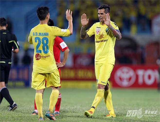 Ngược lại, Hà Nội T&T dễ dàng có bàn thắng thứ 2 ở phút 29 với một pha kết thúc gọn gàng trong vòng cấm của đội trưởng Gonzalo. (Ảnh: Quang Minh)