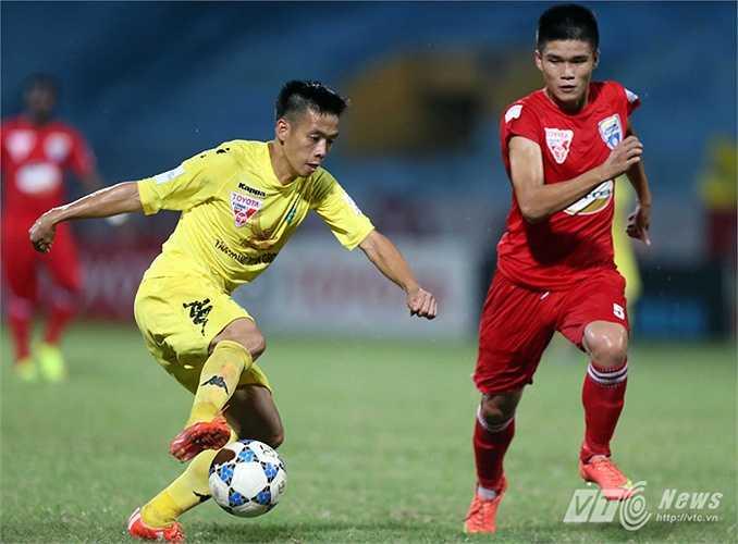 Tiền đạo của Hà Nội T&T thoát xuống, sục bóng kỹ thuật qua thủ thành Vĩnh Lợi, nâng tỷ số lên 3-0. (Ảnh: Quang Minh)