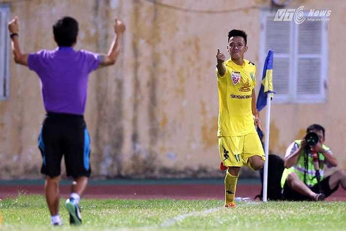 Đây là bàn thắng thứ 11 của Văn Quyết ở V-League 2015. (Ảnh: Quang Minh)