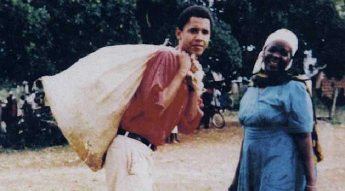 Ông Obama chụp ảnh cùng bà nội Sarah Hussein Obama trong chuyến về thăm quê Kenya năm 1987