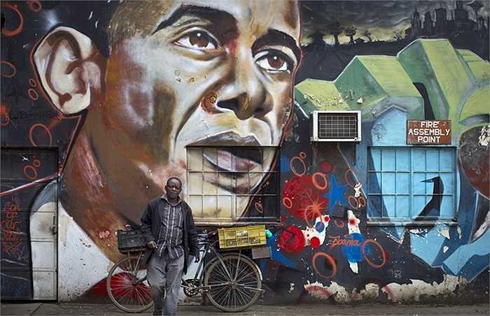 Dọn dẹp đường phố, trồng cây xanh, in hình ông Obama lên áo hay tường nhà là cách người dân Kenya thể hiện sự yêu mến với nhà lãnh đọa này