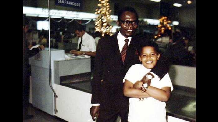 Ông Obama (hồi còn nhỏ) chụp ảnh cùng cha mình