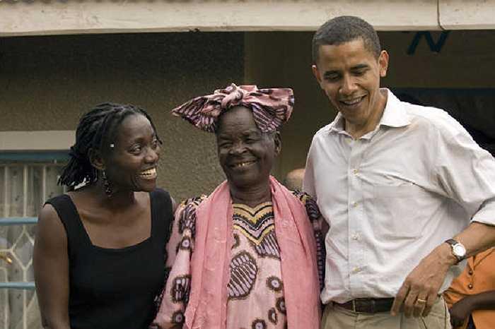 Ông Obama chụp ảnh cùng chị gái Auma Obama và bà Sarah Hussein Obama trong chuyến thăm Kenya vào tháng 8/2006