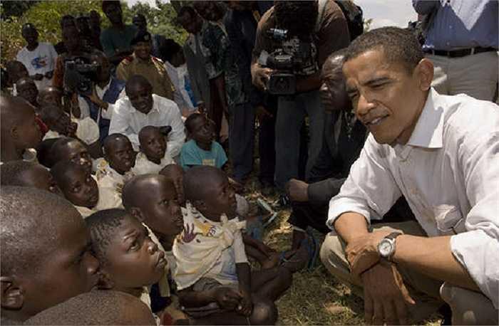 Ông Obama trò chuyện cùng các em nhỏ có bố mẹ đã qua đời vì căn bệnh AIDS tháng 8/2006