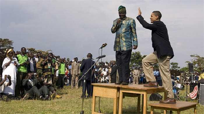Ông Obama trò chuyện cùng các học sinh ở Kogelo trong chuyến thăm Kenya 8/2006