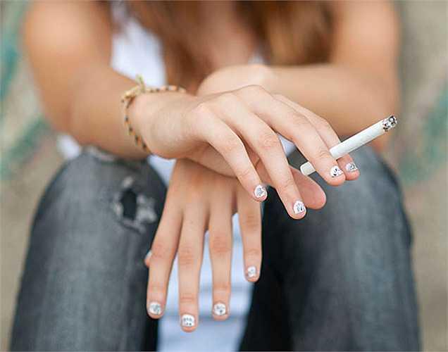 Hút thuốc: Hút thuốc ảnh hưởng đến vòng 1, nó làm phá vỡ một protein trong da gọi là elastin, làm mất đi  sự trẻ trung, đàn hồi của làn da và từ đó ảnh hưởng đến sức khỏe ngực.