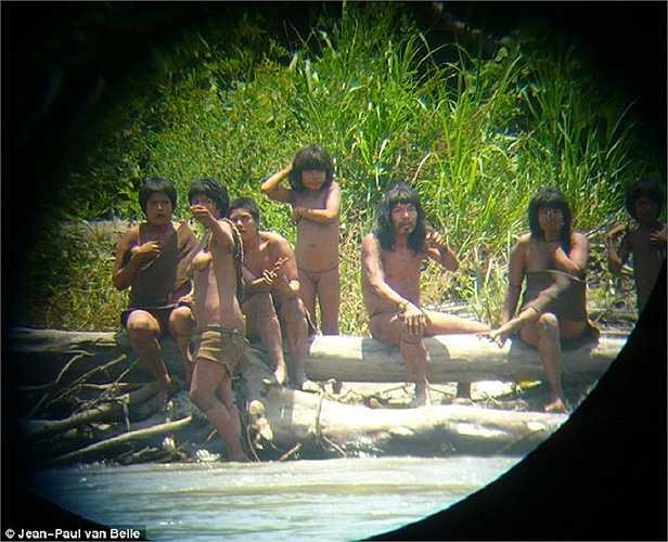 Giáo sư Jean-Paul van Belle thuộc đại học Cape Town đã chụp được những hình ảnh về người Mashco Piro khi tới khảo sát rừng Amazon năm 2011