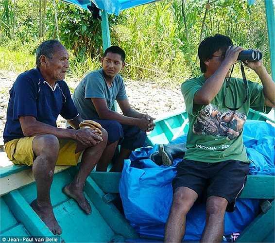 Hình ảnh ông Shaco (ngoài cùng bên trái) đã bị người Mashco Piro dùng cung tên bắn chết