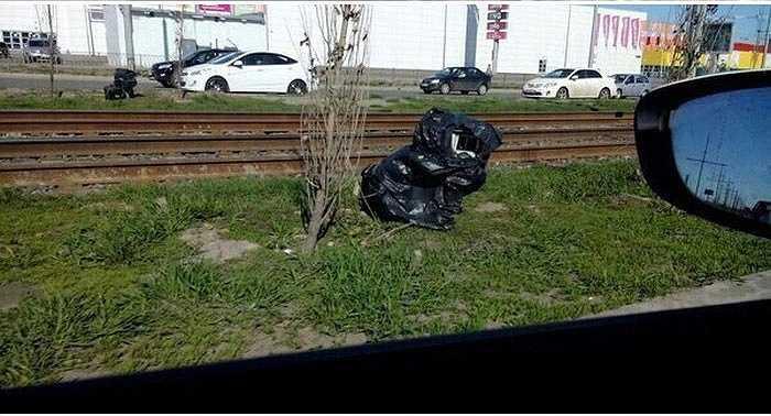 Ai mà ngờ túi nilon đựng bọc rác vứt ven đường này là một camera bắn tốc độ. Những thiết bị này hoạt động 24/7 và vị trí không cố định, tùy theo điểm đặt của cảnh sát.
