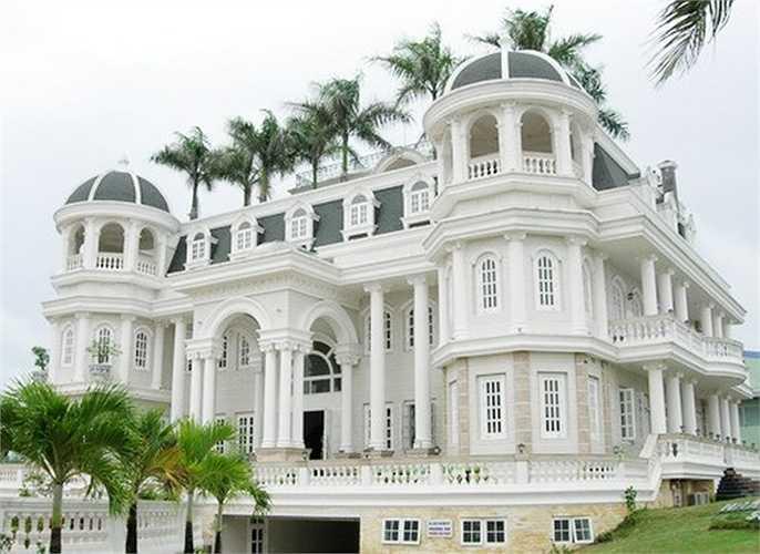 Trong đó có thể kể đến tòa lâu đài hoành tráng đồ sộ tại TP Sóc Trăng - vốn được ông này sử dụng làm trụ sở công ty, đồng thời kinh doanh dịch vụ khách sạn.