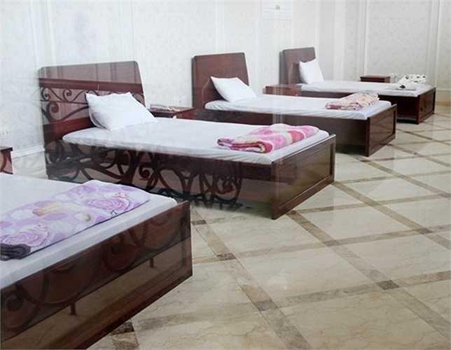 Nhiều căn phòng trong lâu đài đã được sắp xếp giường nghỉ cho khách. Tại thời điểm còn hoạt động, giá nghỉ tại phòng hạng sang này từ 1,8-2 triệu đồng. Ảnh: Zing.