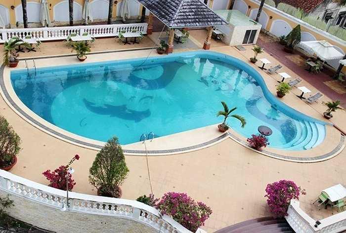 Cơ ngơi hoành tráng này được đầu tư kỹ lưỡng về cảnh quan cũng như tiện nghi sử dụng. Ảnh: Bể bơi trong khuôn viên lâu đài.
