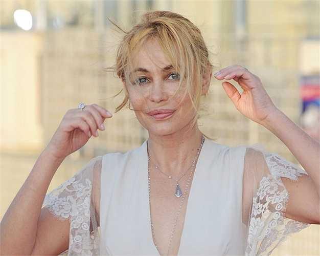 Nữ diễn viên sở hữu đôi môi dày gợi cảm và nét quyến rũ đặc trưng của con gái nước Pháp, dù sau này cô thú nhận mình bơm môi khi 27 tuổi. Emmanuelle Béart khởi nghiệp từ năm 1972 và từng thắng một giải César (tương đương với Oscar tại Pháp) năm 1987. Năm 2003, cô gây xôn xao dư luận khi xuất hiện khỏa thân trên bìa tạp chí Elle, giúp số báo bán hết 550.000 bản chỉ trong vòng ba ngày. Ngoài ra, Béart cũng nổi tiếng là người tích cực tham gia các hoạt động từ thiện và là một đại sứ của UNICEF.