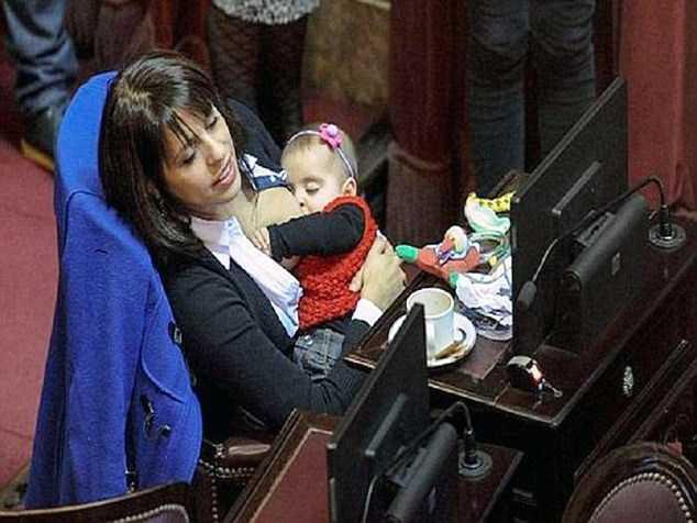 Nữ nghị sỹ Victoria Donda Perez cho con bú trong phiên họp