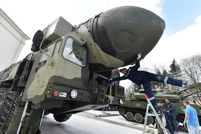 Nhân viên quân sự lau chùi hệ thống tên lửa