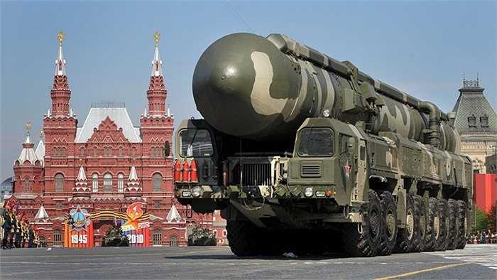 Các hệ thống tên lửa Topol-M diễu hành tên Quảng trường Đỏ
