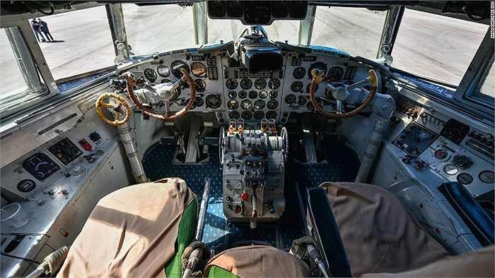 Cận cảnh bên trong buồng lái chiếc máy bay Ilyushin Il-18 của hãng hàng không Air Koryo
