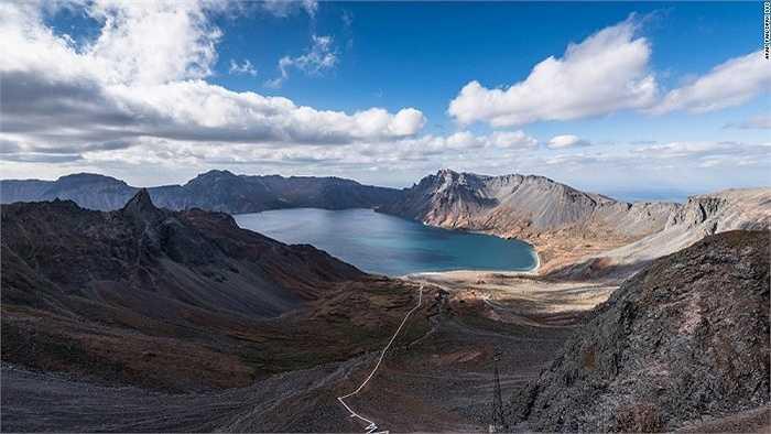 Núi Paektu, ngọn núi lửa đã tắt cao nhất ở Triều Tiên. Nhà lãnh đạo Kim Jong-un từng được cho là đã leo lên đỉnh núi này hồi tháng 4 năm nay