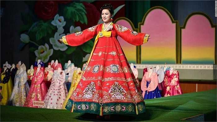 Pan tìm hiểu các xu hướng thời trang của người Triều Tiên tại triển lãm thời trang Bình Nhưỡng lần thứ 12