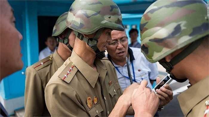 Pan đến thăm khu phi quân sự bán đảo Triều Tiên (DMZ). Những binh lính ở đây có vẻ thích thú với chiếc điện thoại của Pan