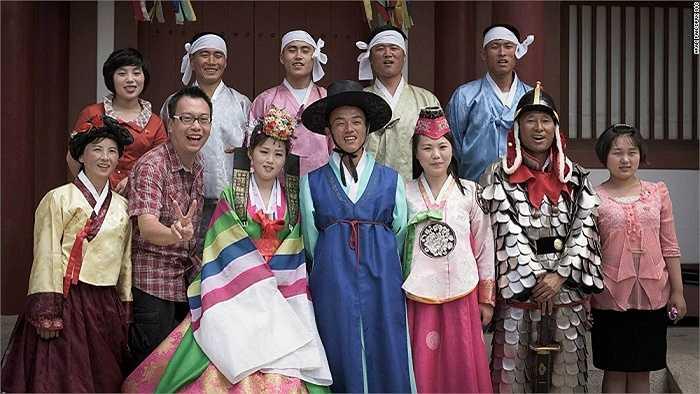 Thật khó để một người nước ngoài tham dự lễ cưới của người Triều Tiên tại đài tưởng niệm Mansudae Grand Monument. Pan muốn tham gia một lễ cưới nhưng tất cả họ đều từ chối.Sau nửa giờ 'nài nỉ', một cặp đôi đã để anh tham dự